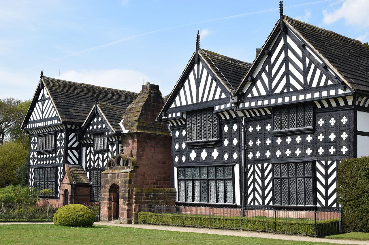 ウィリアムモリスの美しい壁紙が残るスピークホール ① イギリス カントリーハウスの旅